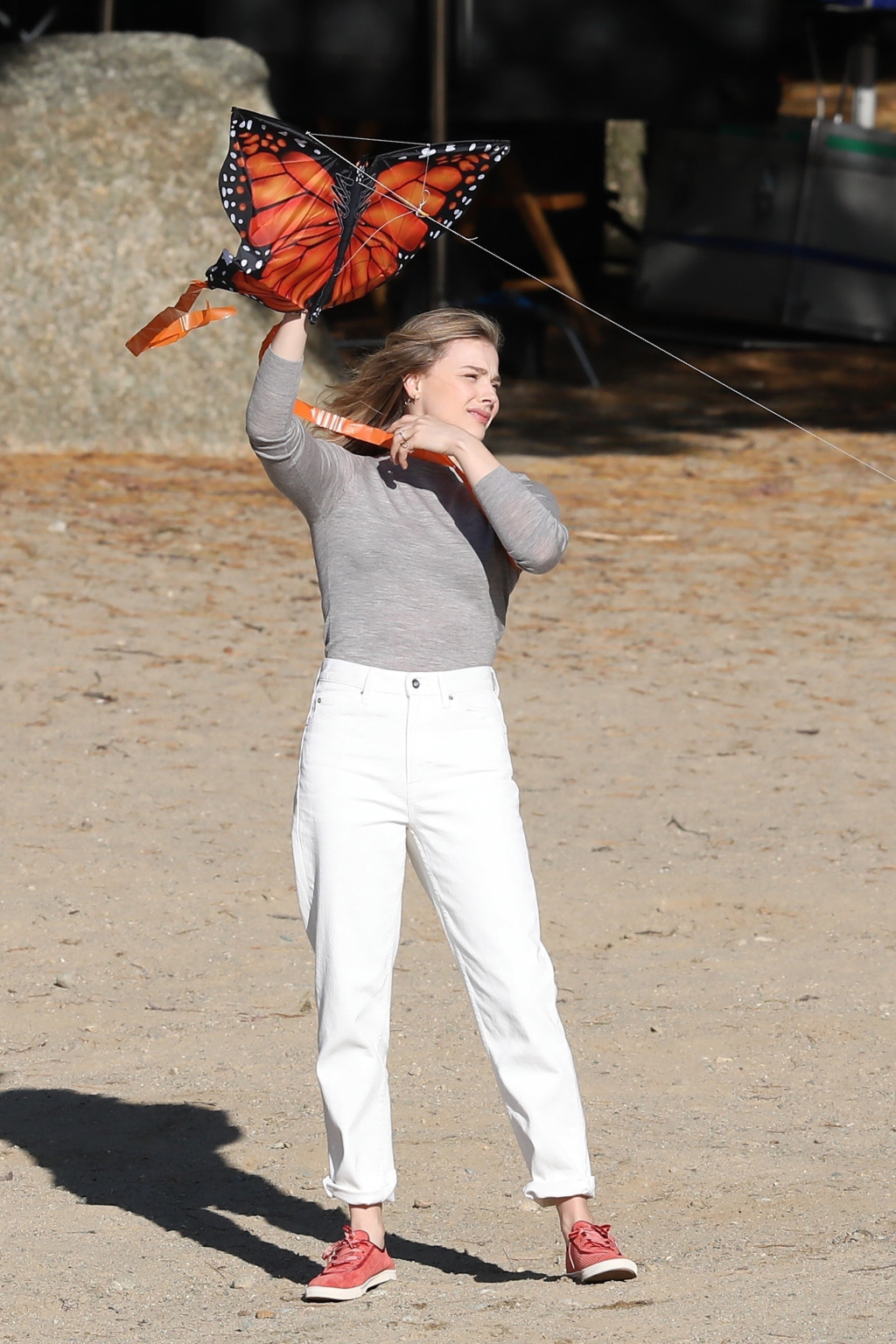 """* EXCLUSIVE * Close Grace Morates and Alge Smith fly a kite on the beach """"Thai / Android"""""""