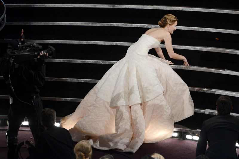 "Jennifer Lawrence fell off the stairs after winning ""Best Actress"" Award for film ""Silver Lining Playbook"" During the 2013 Academy Awards. (Photo: Kevin Winter / Getty Images)"