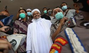 Risik Shihab, pemimpin Front Pembela Islam (FBI), tiba di Polda Metro Jaya di Jakarta, Indonesia pada 12 Desember 2020.