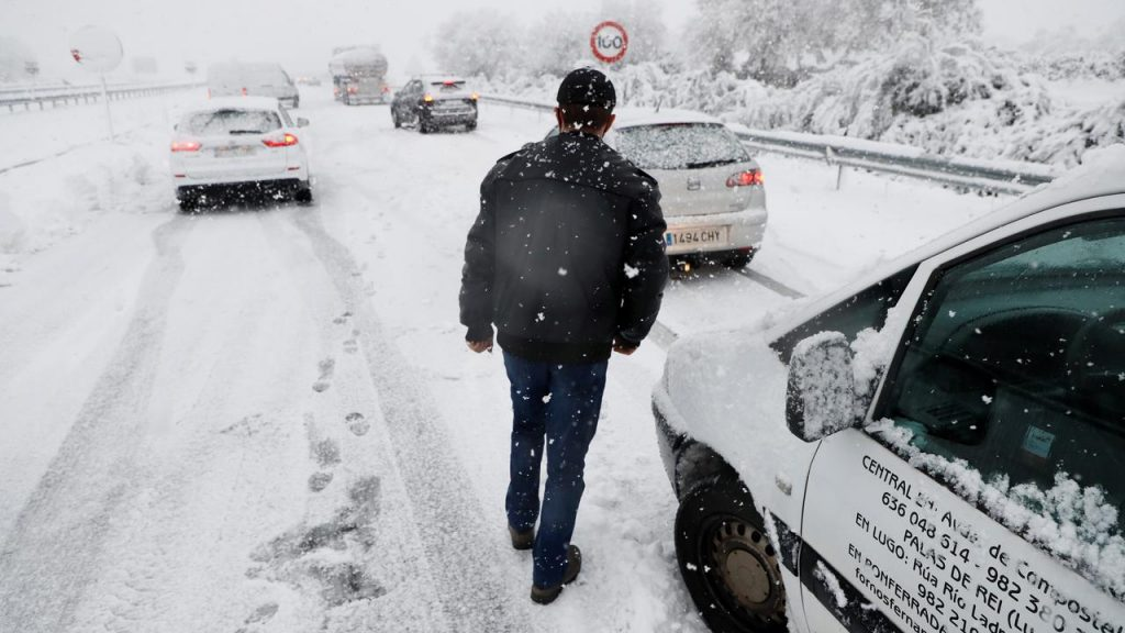 Spanish army helps motorists stranded by snowstorm |  NOW