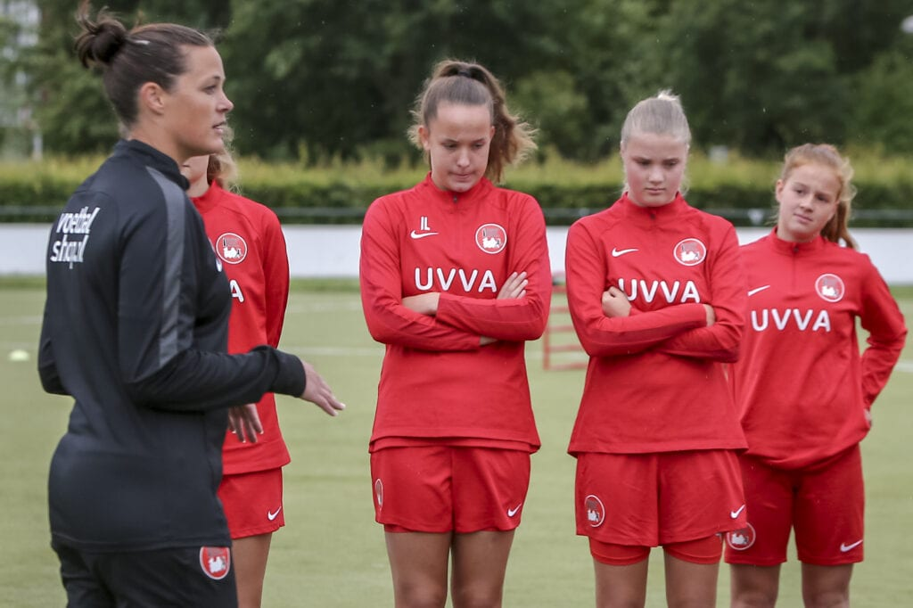 John founded the Utrecht Women's Football Academy: `` We focus on ambitious girls up to and including 17 years old ''