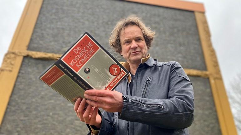 Frank Westerman draagt voor uit zijn nieuwe boek De kosmische komedie (Rechten: RTV Drenthe / Jeanine Hofsteenge)