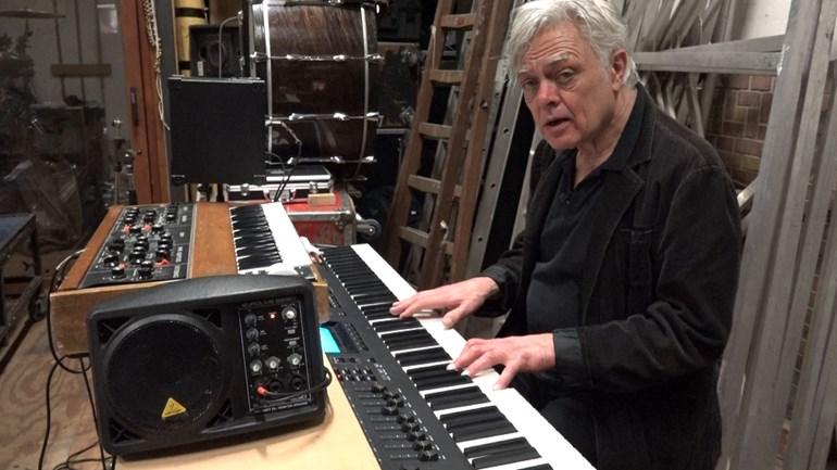 Robert Jan Stips in de studio van de NITS