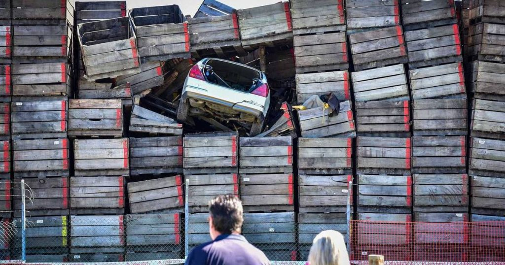 A man on the run finds himself with his ten-meter-high car in a pile of crates |  Instagram
