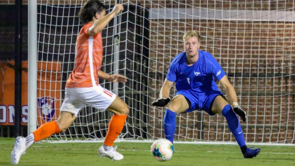 Dutch student enjoys soccer adventure in USA: 'It's like in the movies'