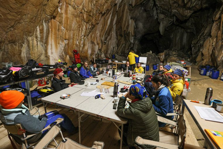 Group lives forty days in humid Pyrenees cave, in the name of science