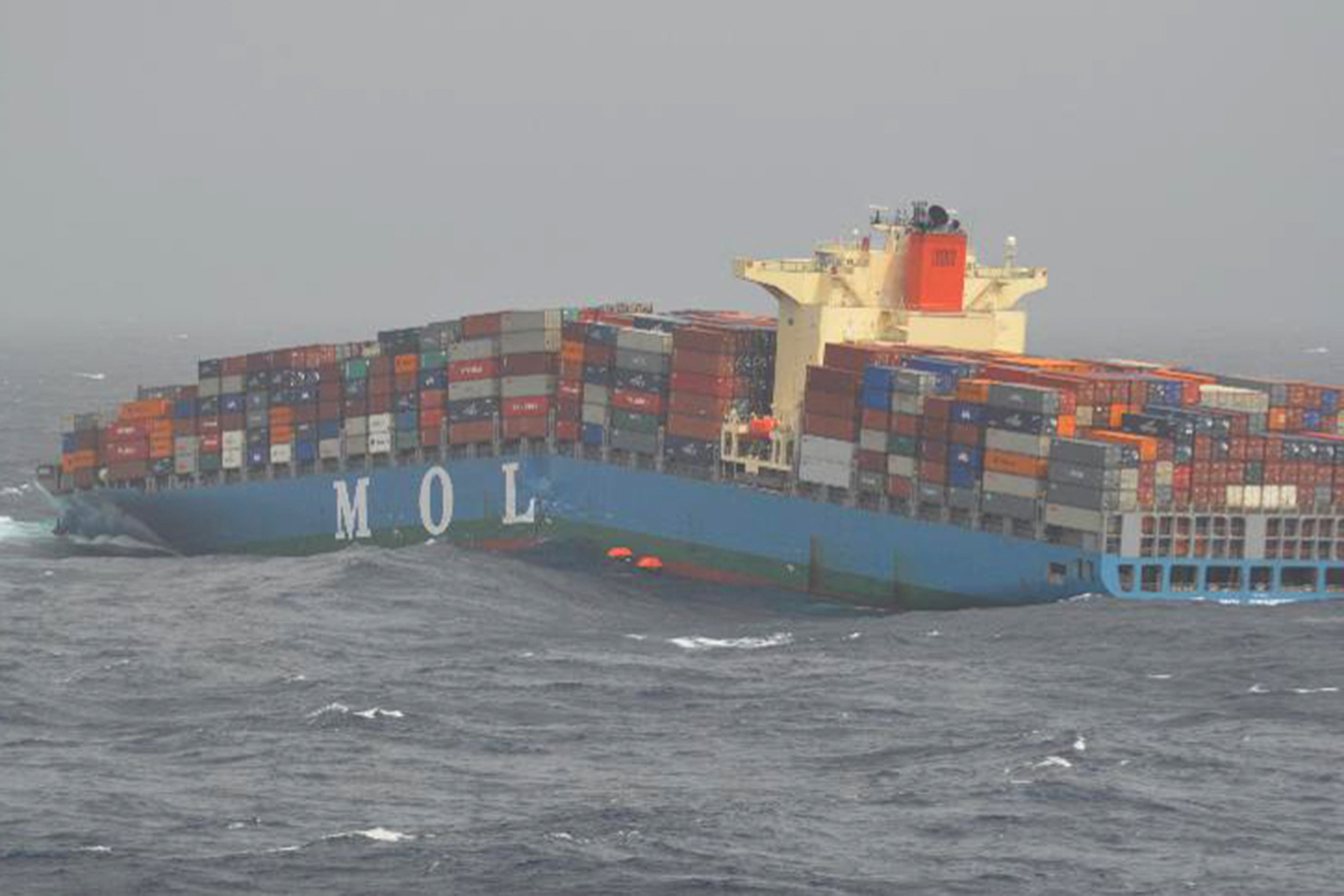 The MOL Comfort breaks in half and later sinks completely (Photo MOD / DEPARTMENT OF DEFENSE / AFP)