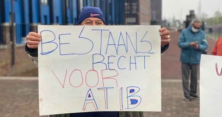 ATIB demonstreerde voor rechtbank tegen uitzetting Kolkschool (Foto: RTV Oost)