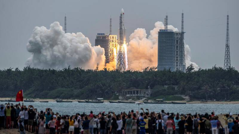 Hand of Chinese rockets crashing into Earth this weekend (but no one knows where)