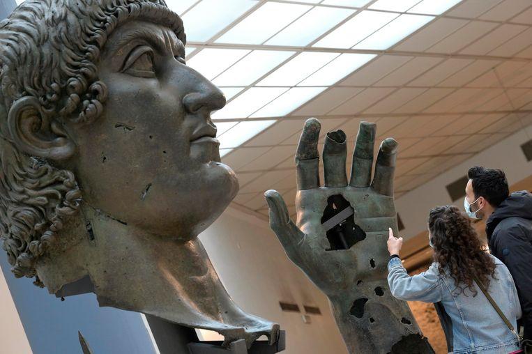 Huge statue of Roman Emperor Constantine lost his finger after 500 years