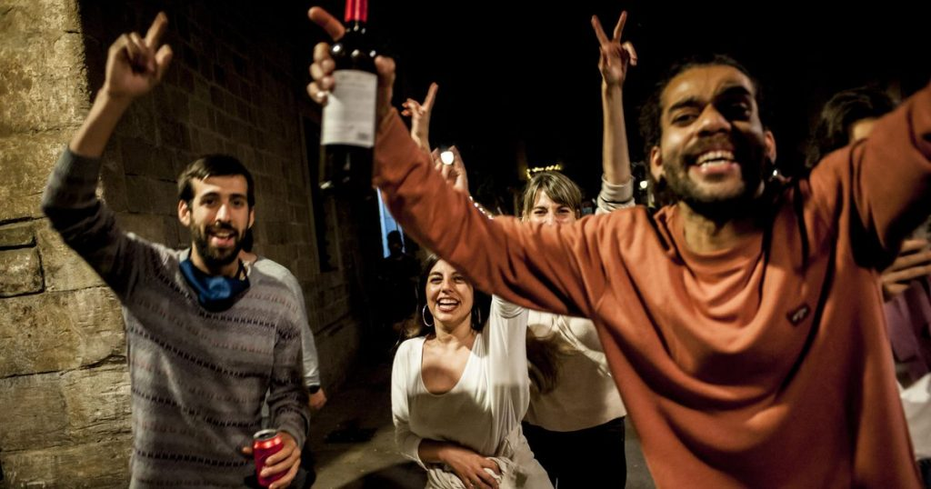 Spaniards celebrate in the streets after the abolition of the curfew |  Abroad