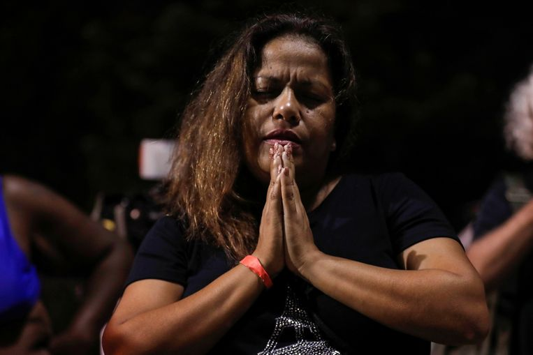 Zulema Perez prays for the victims of the apartment complex collapse.  Image REUTERS