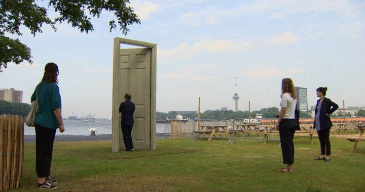 De bronzen deur staat symbool voor thema migratie