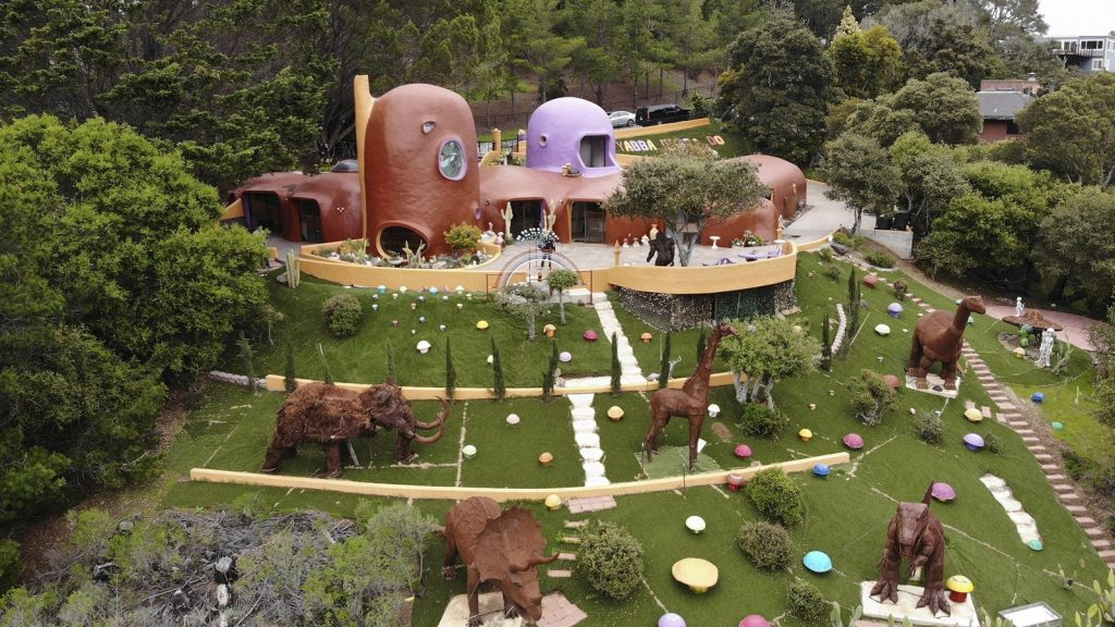 The owner of the controversial Flintstone house in the United States is right: dinosaurs can stay