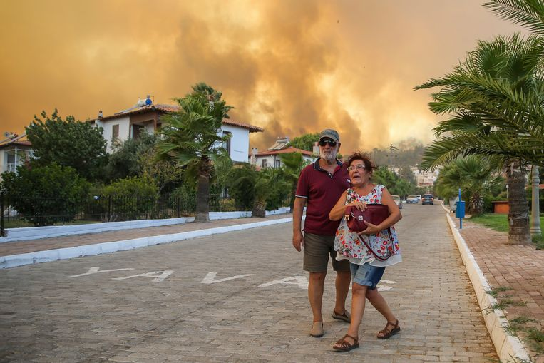 Hundreds of new forest fires have broken out in Turkey and Greece