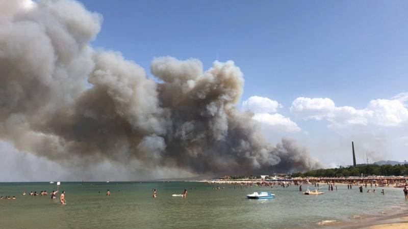 Tourists pulled from the beach due to forest fires in the Italian town of Pescara