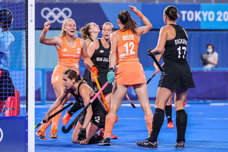 Two Brabant women take Orange hockey players by the hand
