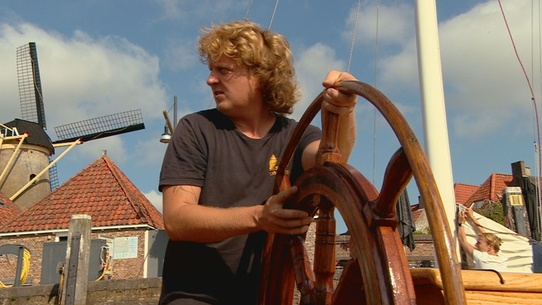 Wiebe sails with a sailboat full of beer, bread, mussels and tourists