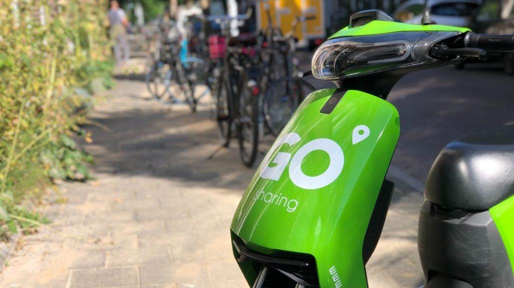 Een Go Sharing-deelscooter geparkeerd in stad Groningen