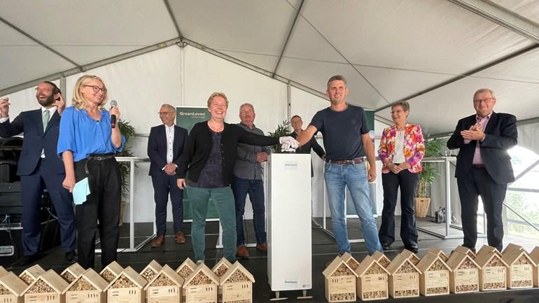 Veel betrokken partijen op het podium bij opening zonnepark De Mussels (Rechten: RTV Drenthe/Roy Schutte)