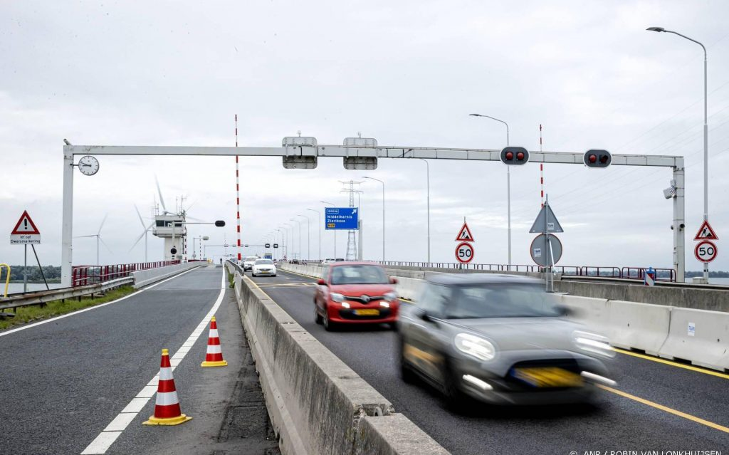 Widened left lanes on the Haringvliet - Leeuwarder Courant bridge