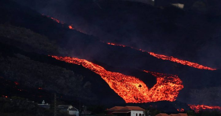 Lava flow over La Palma once again engulfs hundreds of properties |  Abroad