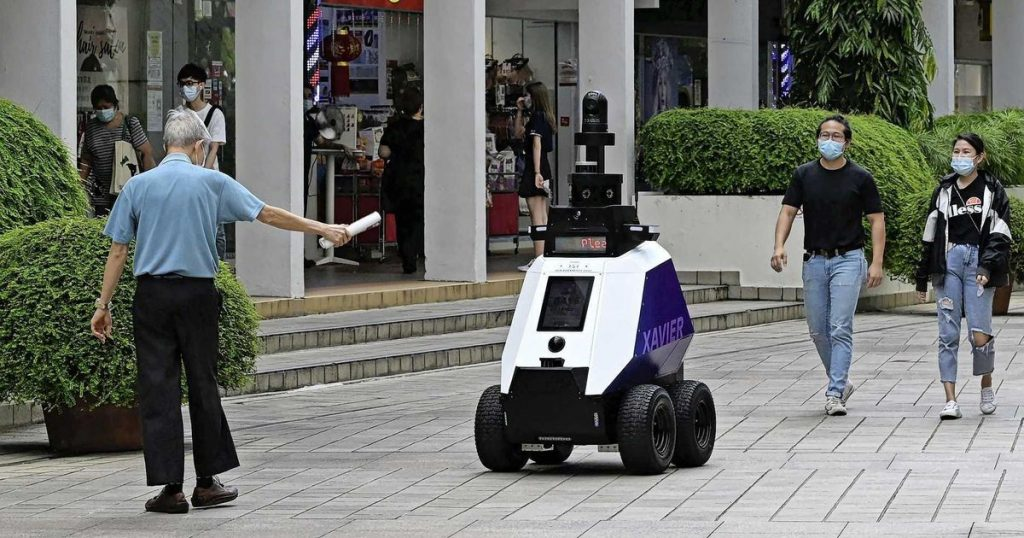 """Singapore fears a """"dystopia"""" with patrolling robots 